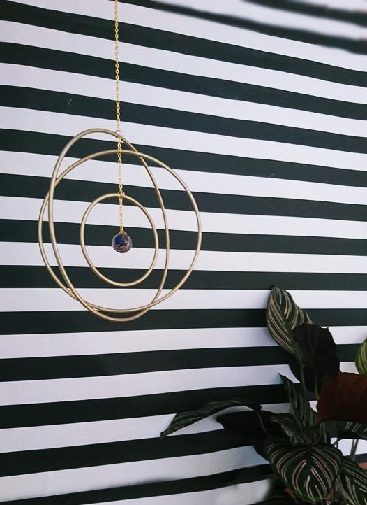 DIY Mobile mit drei Ringen und einer Glaskugel in der Mitte. Mobile als Interior, Mobile, DIY Mobile, Do it yourself Mobile, Einrichtungsideen Mobile, Mobile für Erwachsene, Movile für Draussen, Mobile für Drausen, goldenes Mobile. Ideen mit Murmeln. DIY Glaskugel. DIY Metallic, Einrichtungsidee, Dekoration, Geschenkidee wohnen, Geschenkidee mobile