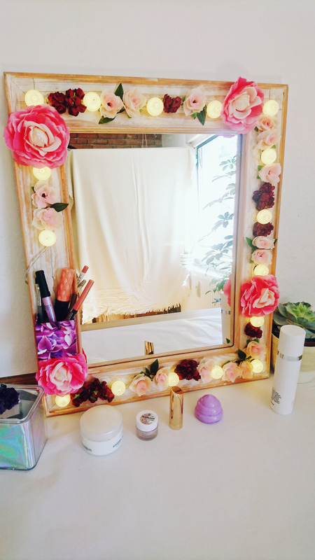 DIY Hollywood Spiegel selber bauen, Spiegel mit Blumen und Lichtern, Spiegel mit Lampen und Blumen selber bauen, DIY Schminkspiegel mit Licht bauen (1)
