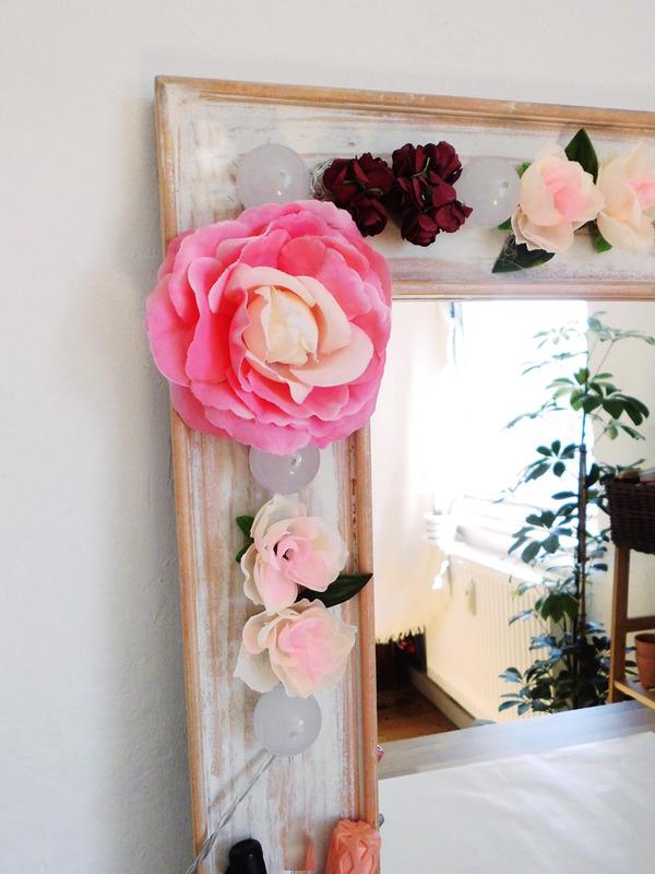 DIY Hollywood Spiegel selber bauen, Spiegel mit Blumen und Lichtern, Spiegel mit Lampen und Blumen selber bauen, DIY Schminkspiegel mit Licht bauen (3)