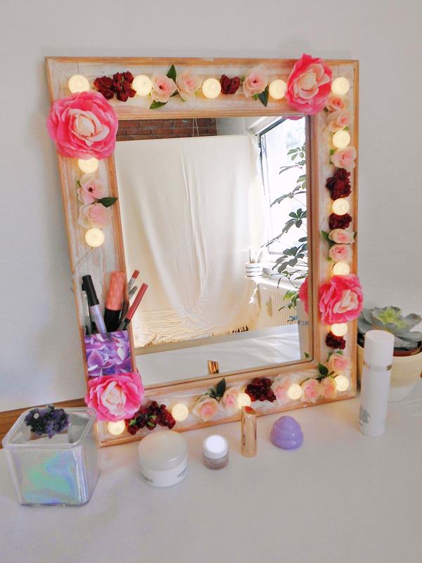 DIY Hollywood Spiegel selber bauen, Spiegel mit Blumen und Lichtern, Spiegel mit Lampen und Blumen selber bauen, DIY Schminkspiegel mit Licht bauen (5)