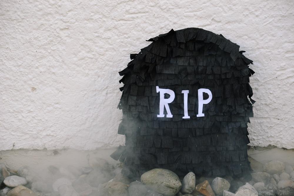 diy halloween ideen zum selber machen mit sachen die man zu hause hat, halloween party deko selber machen diy Grabstein Pinata (1)