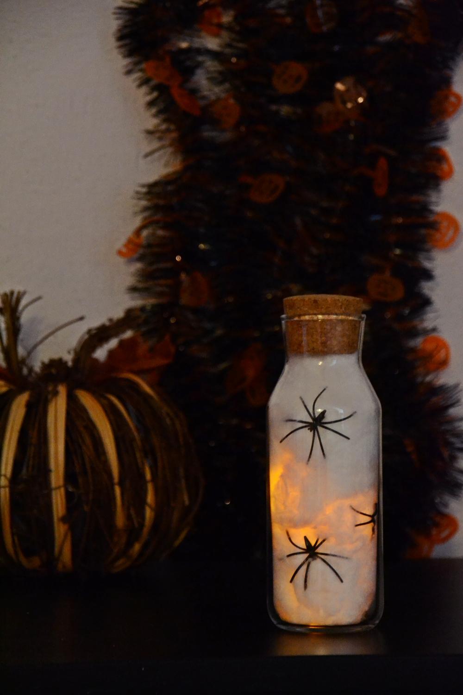 diy halloween ideen zum selber machen mit sachen die man zu hause hat, halloween party deko selber machen diy spinnen im glas (1)