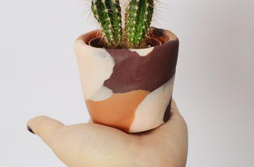 DIY Blumentopf aufpeppen mit Fimo, Blumentopf umgestalten mit Modelliermasse, Moderne Designs aus Fimo für Blumentöpfe, Geschenkidee mit Fimo zum selber basteln