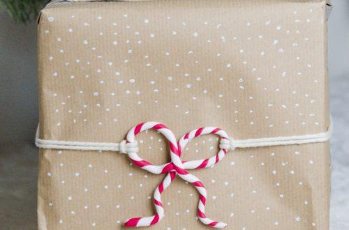 Geschenke kreativ verpacken für weihnachten mit Zuckerstange aus modelliermasse, diy zuckerstange diy gift wrapping ideas, geschenke modern verpacken, weihnachtsgeschenke verpacken
