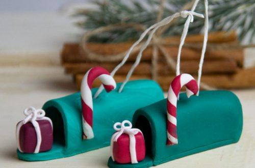 DIY Baumschmuck aus Fimo bzw aus Modelliermasse basteln. DIY Christbaumschmuck basteln Ideen für Weihnachten. US Briefkasten mit Zuckerstange als ausgefallene Weihnachtsdeko selbst machen