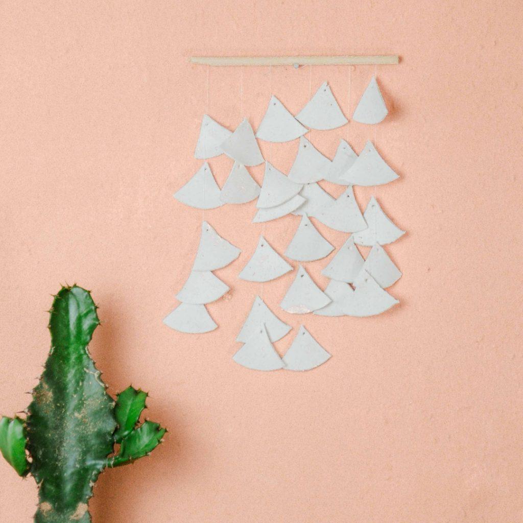 diy wanddeko fürs wohnzimmer, schlafzimmer oder dem Flur aus Holz und Modelliermasse im skandinavischen Stil einfach selber machen