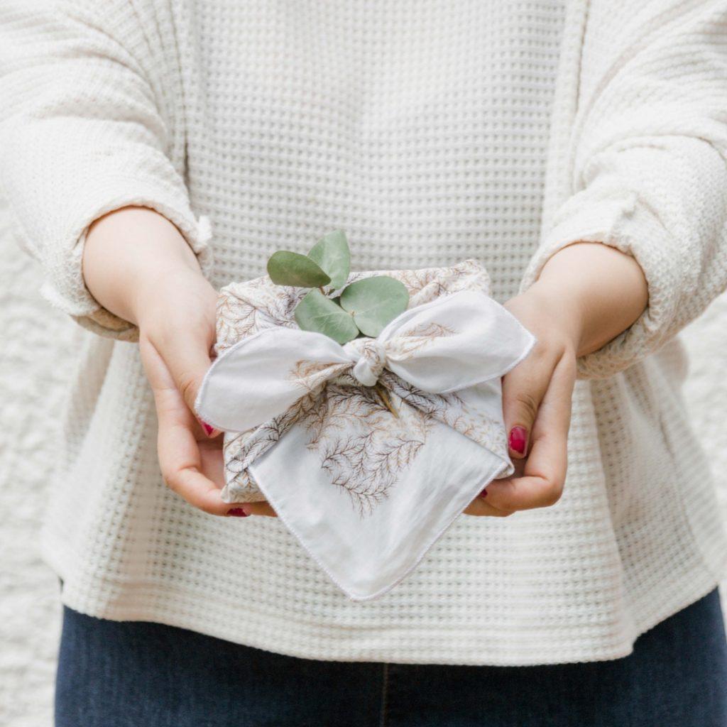 Furoshiki Technik  Otsukai Tsustumi - Geschenke umweltfreundlich in Tüchern und Stoffen verpacken. Geschenke japanisch mit furoshiki verpachen. Kreative Idee für nachhaltige Geschenkverpackung