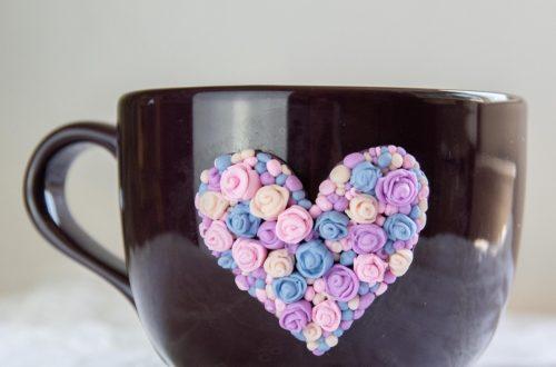 DIY Tasse mit Fimo dekorieren - DIY 3dTasse mit herz aus Rosen - Tasse geschenkidee herz aus fimo