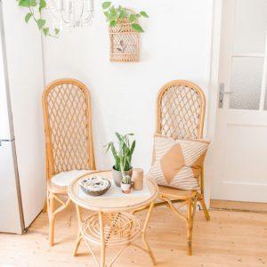 Boho Sitzecke gestalten mit bambusstuhl und bambustisch und pflanzen boho deko