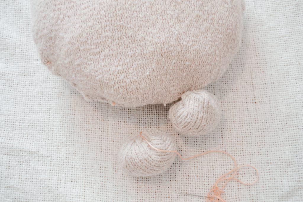 rundes DIY Kissen aus altem Pullover basteln