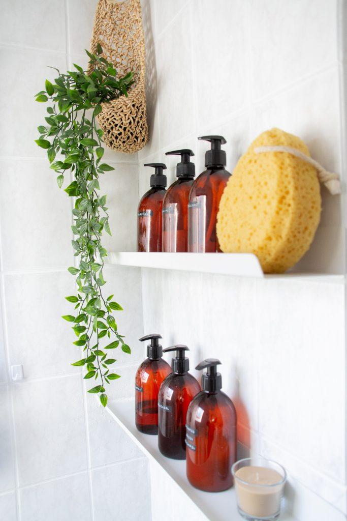 bad inspo diy blog badezimmer umgestalten braune plastik flaschen seife shampoo bad inspo etikett
