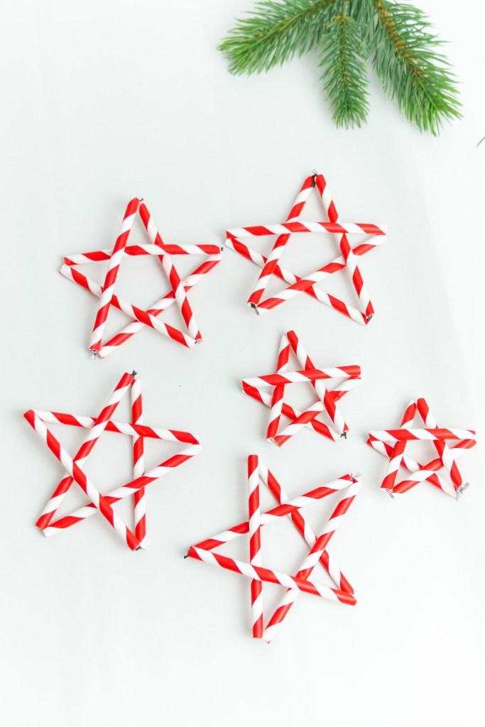 Sterne aus Papierstrohalme basteln - diy bastelidee weihnachten diy blog sterne aus strohhalm basteln weihnachtssterne basteln weiß rot sterne in zuckerstangenfarben
