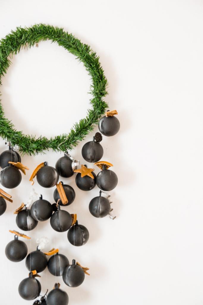 DIY Adventskalender minimalistisch modern mit schwarzen Kugeln und Tannenkranz  ohne Zahlen
