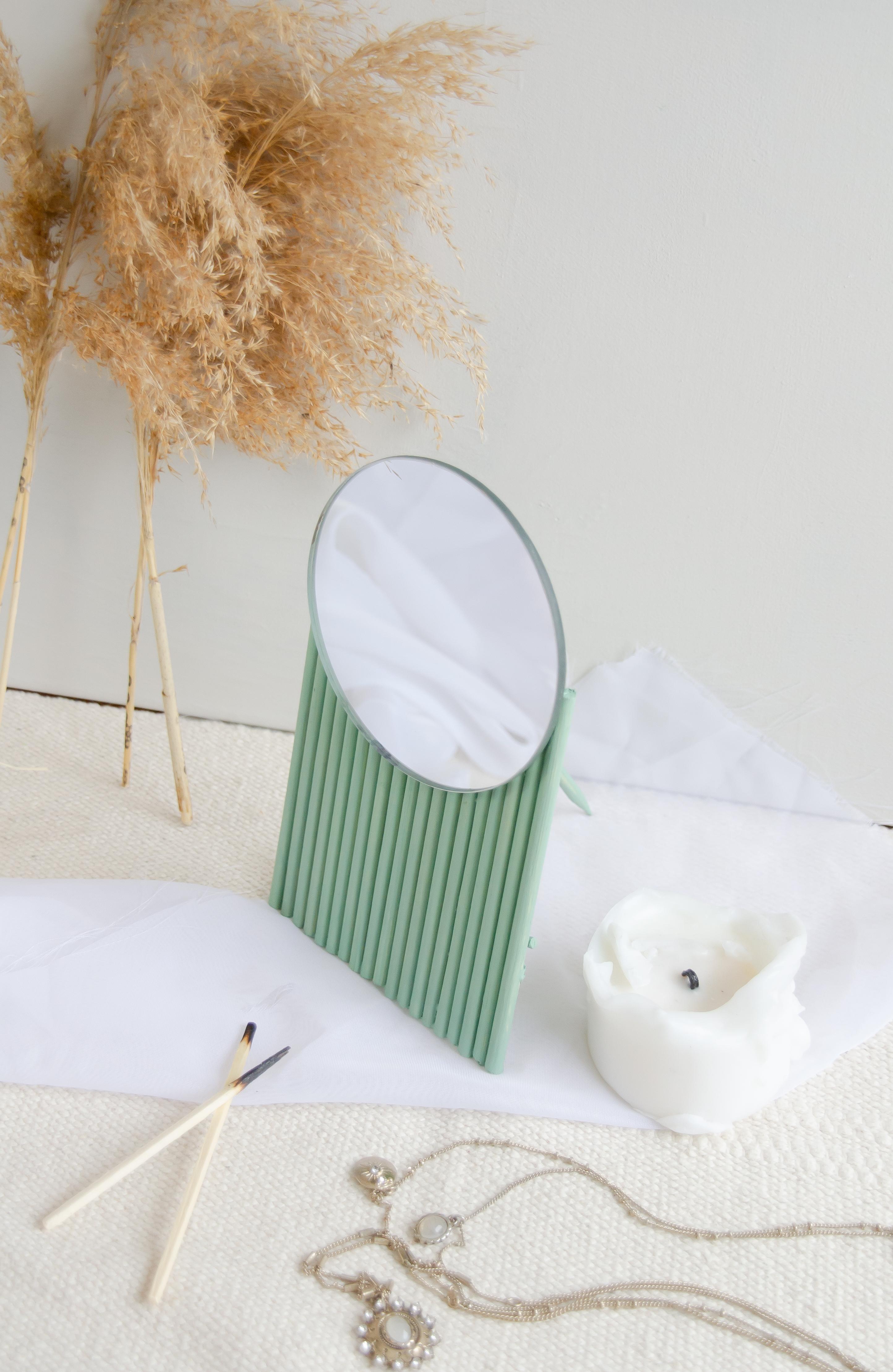 DIY Spiegel: Moderner Spiegel auf grünen Rundhölzern mit Halbkreis Form DIY Blog Anleitung