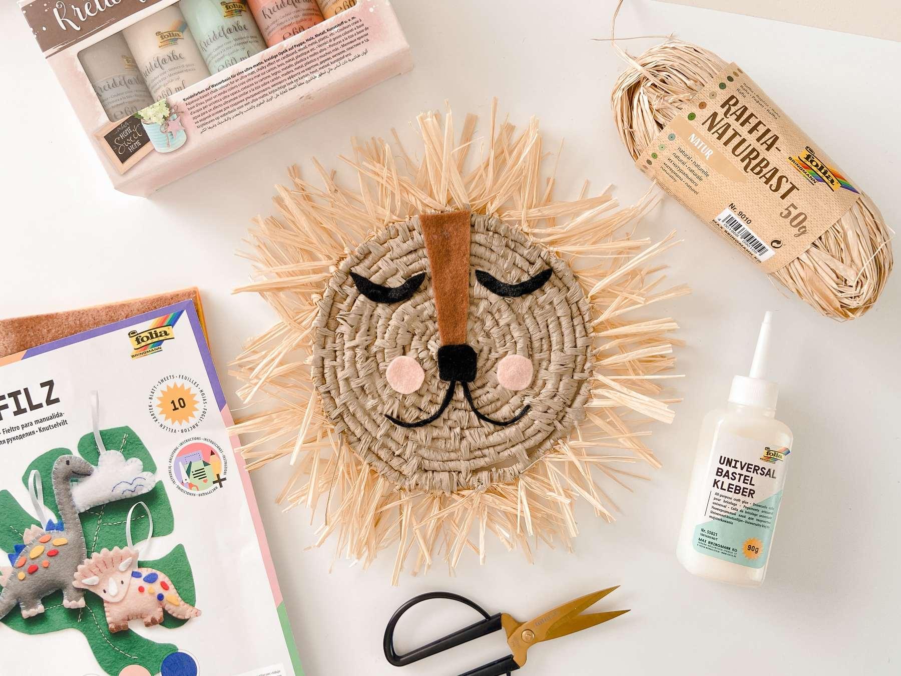 handgemachter Bastlöwe / Löwe aus Bast / Raffia als Kinderzimmer-Dekoration mit folia Kreativ-Produkten